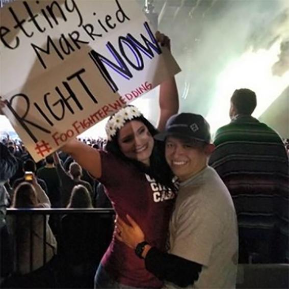 Pareja se casa en concierto