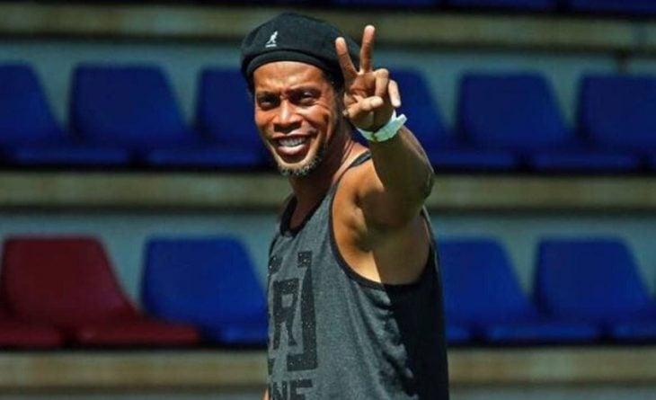 Ronaldinho saluda