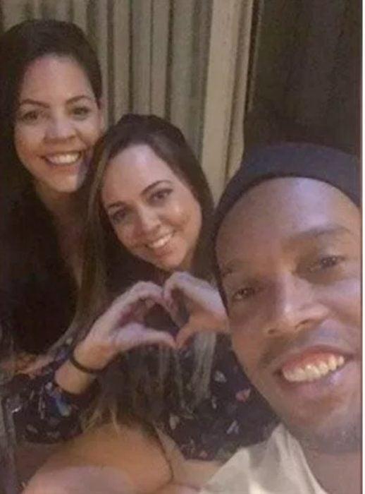Ronaldinho y sus dos novias