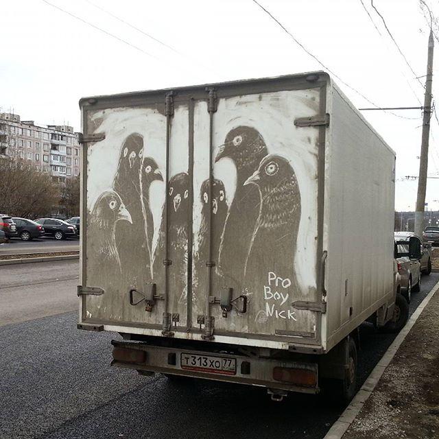 Dibujo en tierra de palomas