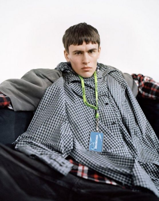 hombre sentado con camisacamiseta