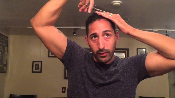 hombre se corta el cabello.