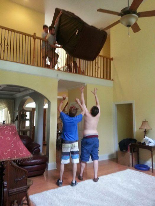 hombres tiran sofá