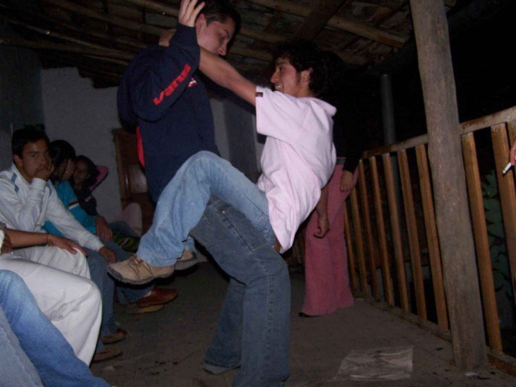 hombres bailando ridiculo