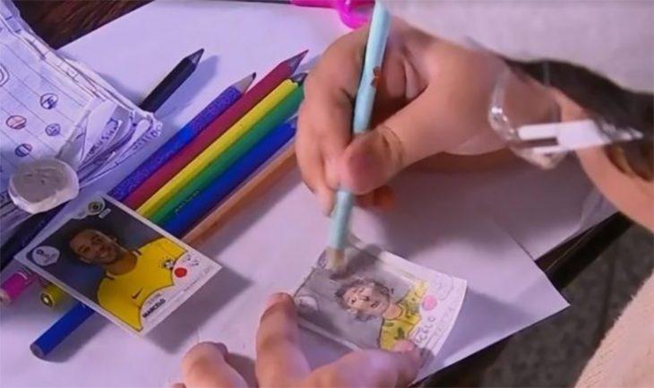 Niño dibuja su álbum Panini