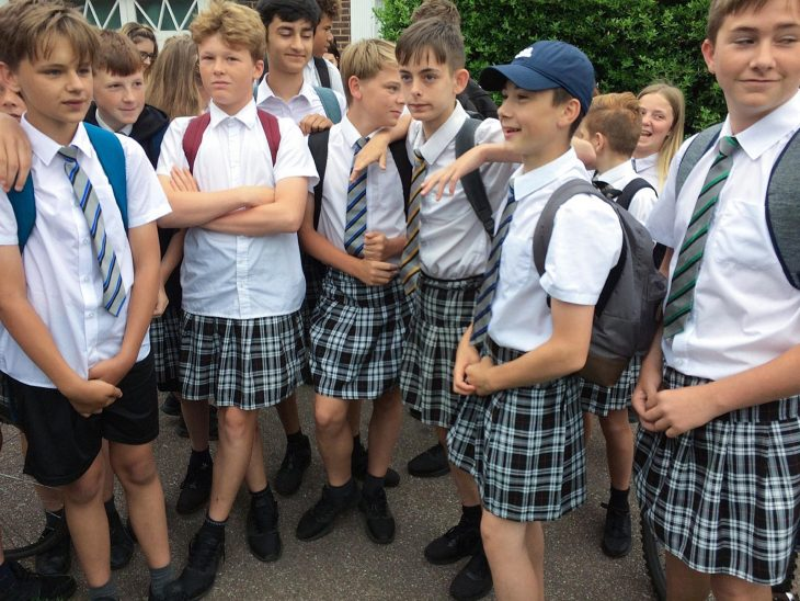 chicos en falda