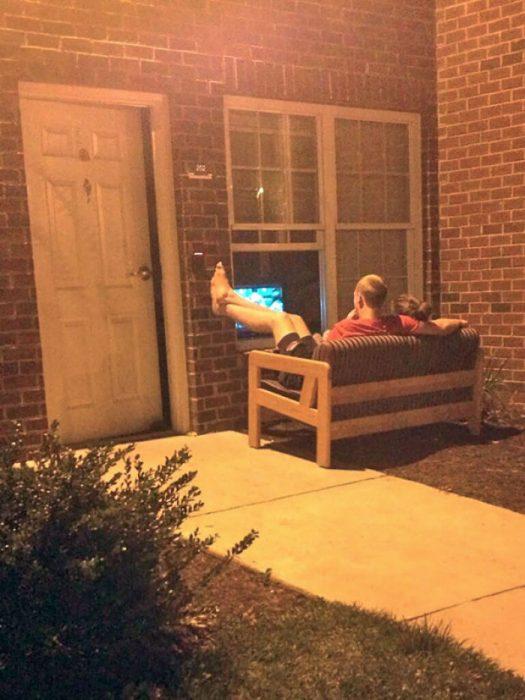 chicos en sofá