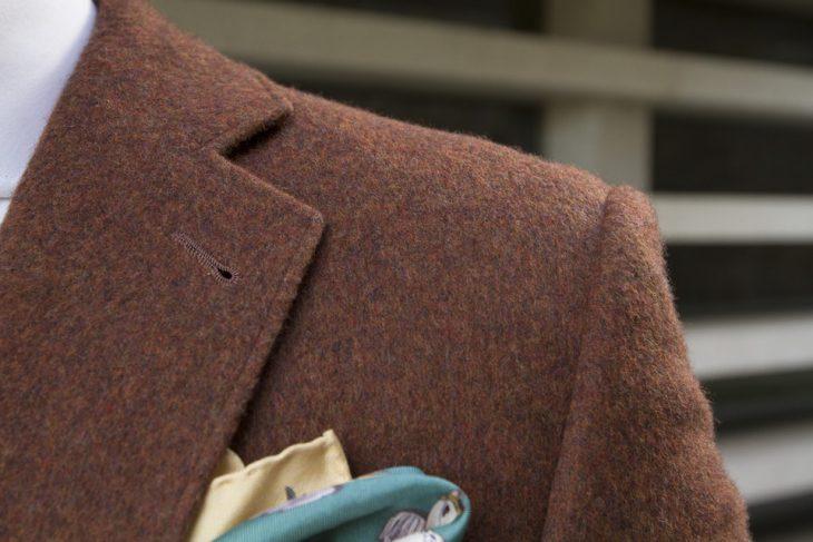 solapa de traje color café