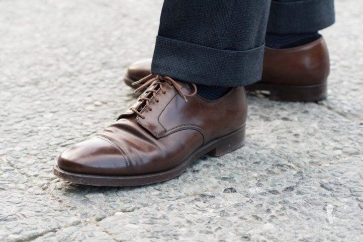 zapatos café con pantalón negro
