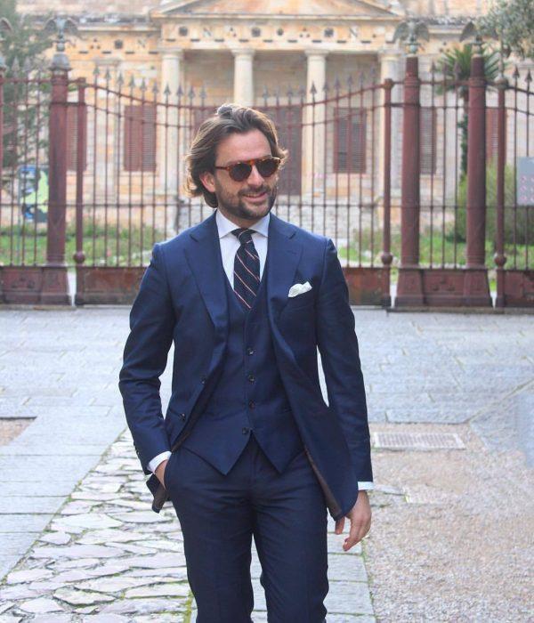 hombre con traje azul