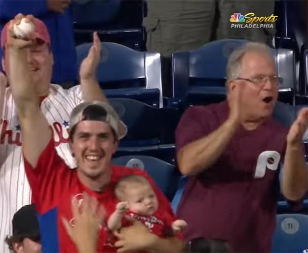 Padre con bebé atrapa la pelota