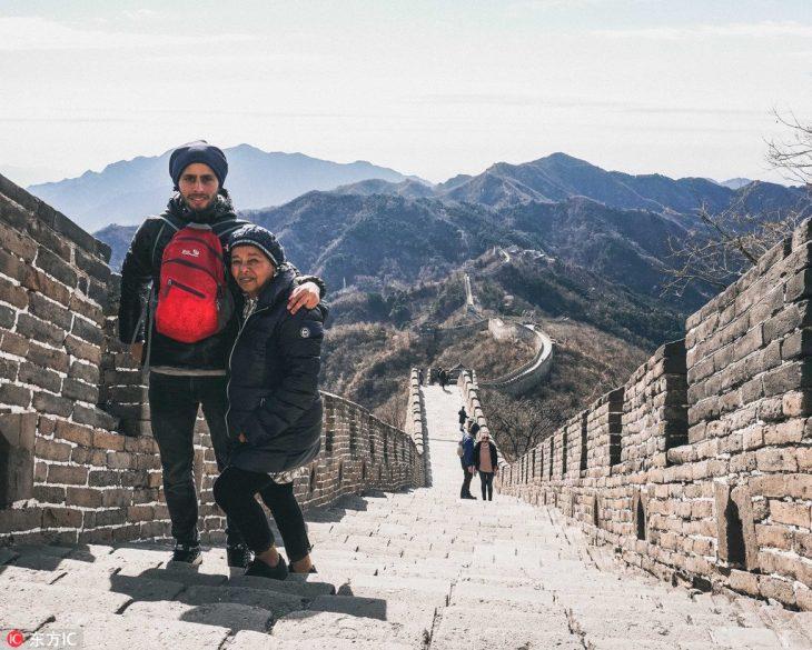 Joven y su abuela de viaje por Asia