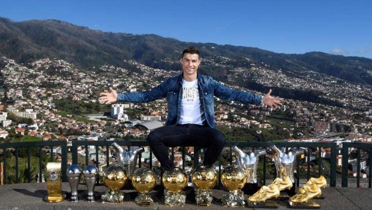 Cristiano Ronaldo con sus trofeos