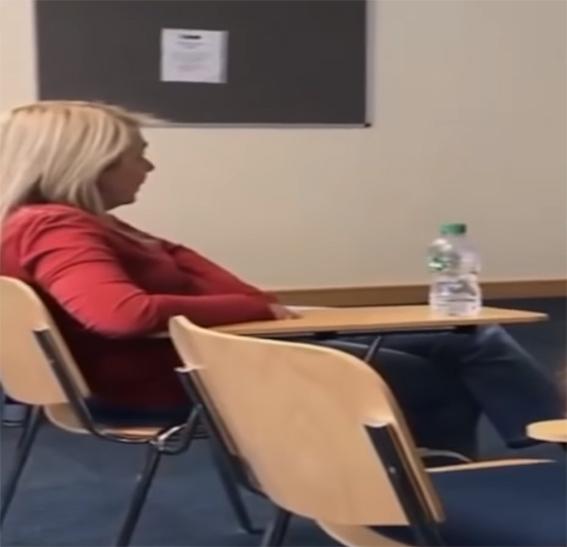 Maestra en salón de clases