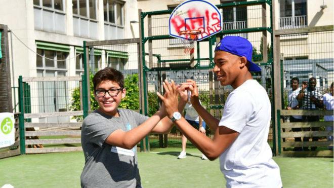Mbappé juega con niño
