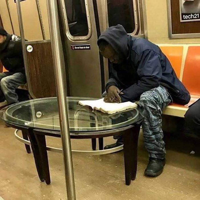 hombre con mesa en metro