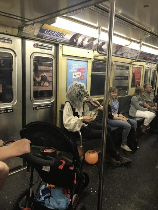 lobo violín en el metro
