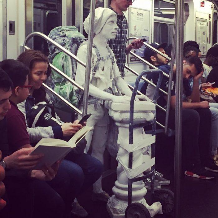 hombre yeso en el metro