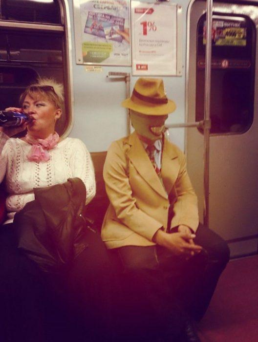 la máscara en el metro
