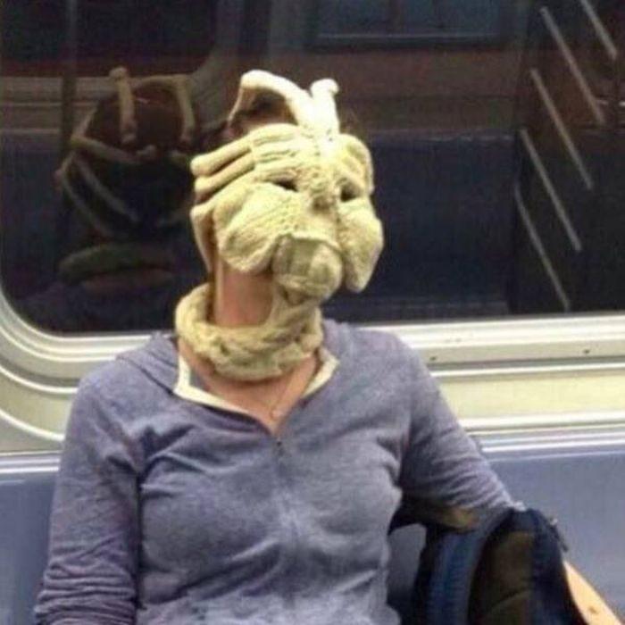 monstruo tejido en el metro