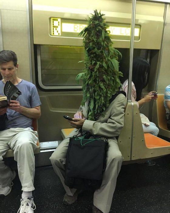 hombre planta en el metro