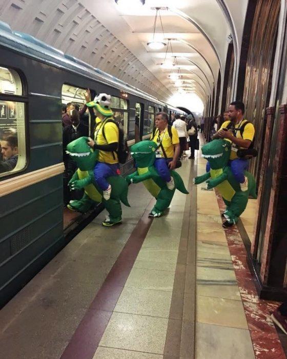 dinosaurios en el metro