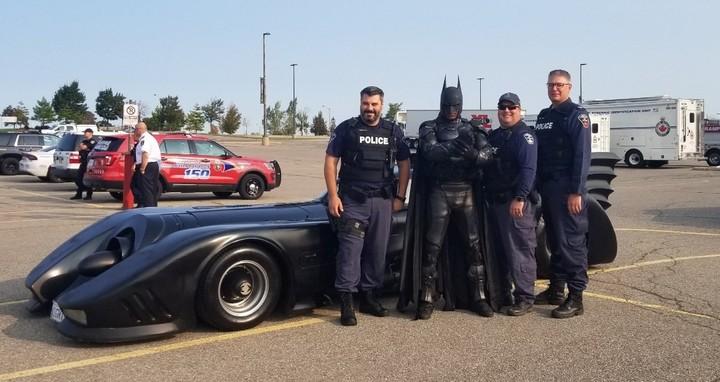Batman Brampton con policía