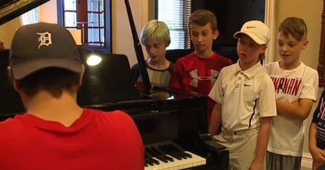 Niños ante el piano