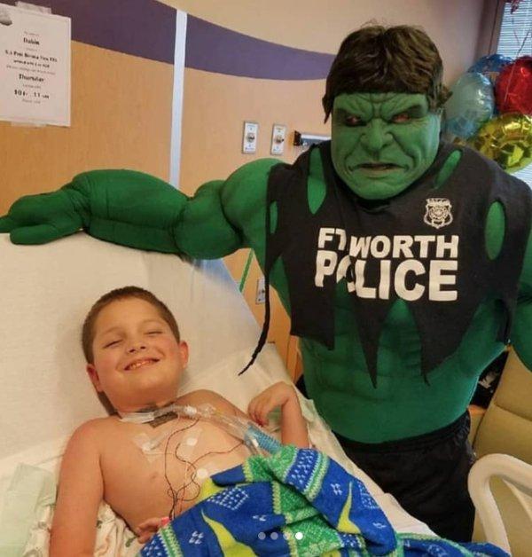 policía superhéroe