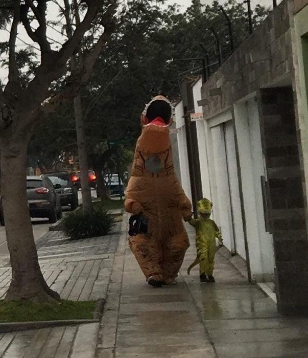 Papá e hijo disfrazados