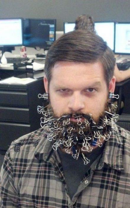 Tiempo libre en oficina barba