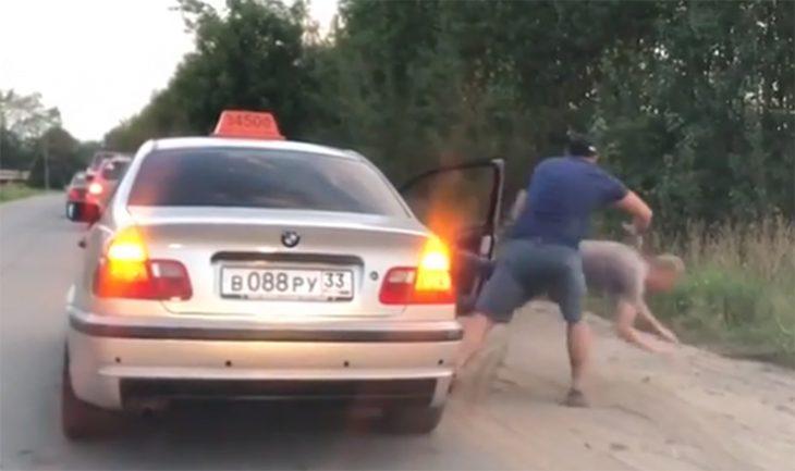 Taxista baja a pasajero
