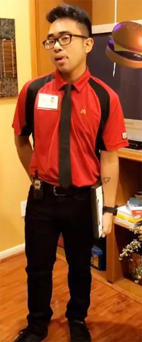 Hombre con traje de McDonald's
