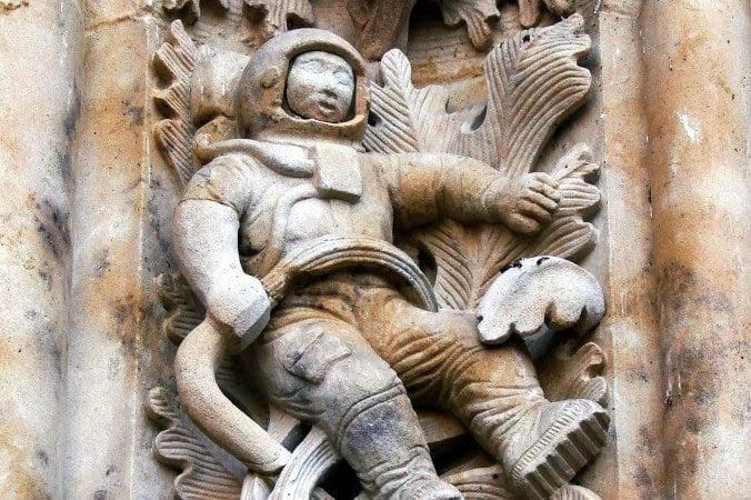 esculturas extrañas astronauta