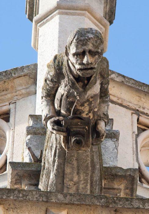 esculturas extrañas monje