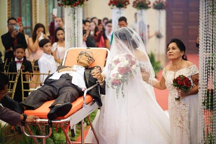 Padre en camilla en boda