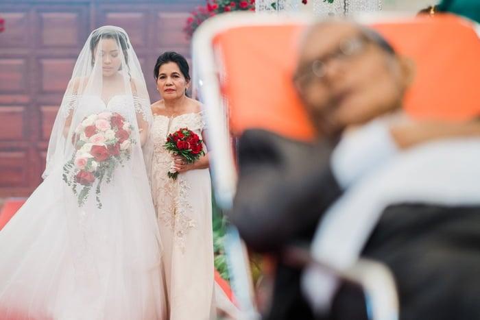 Hombre en camilla en boda