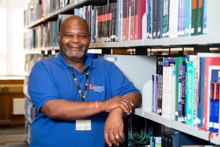 Herman Gordon en la biblioteca