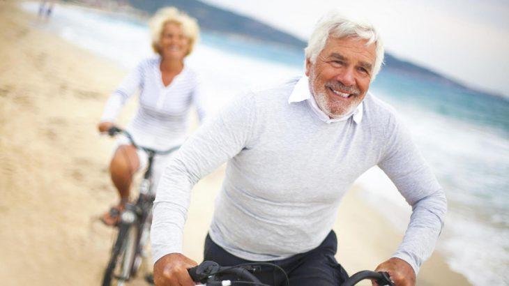 Viejos en bicicleta