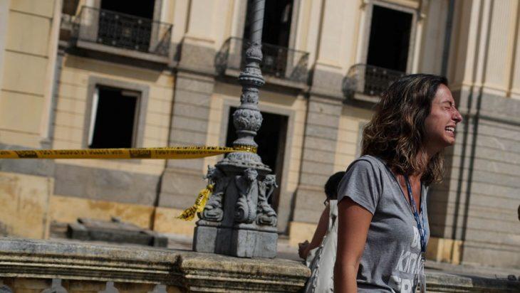 Museo Nacional de Brasil mujer llorando