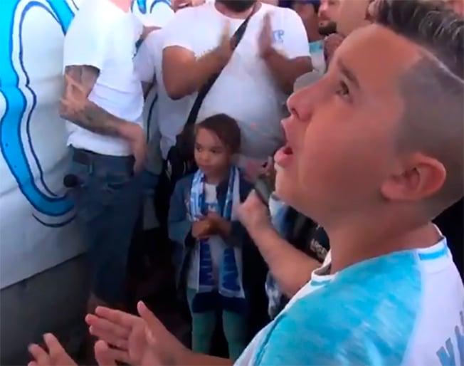 Niño rinde homenaje a su padre