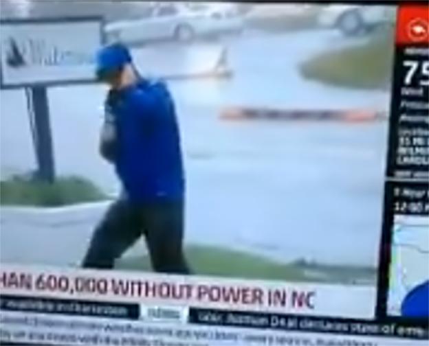Reportero lucha contra huracán