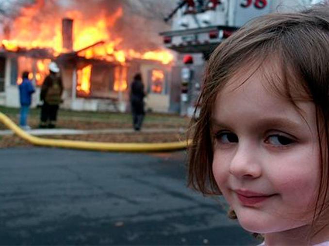 Niña frente al incendio
