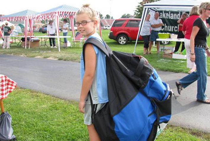 Niña con mochila enorme