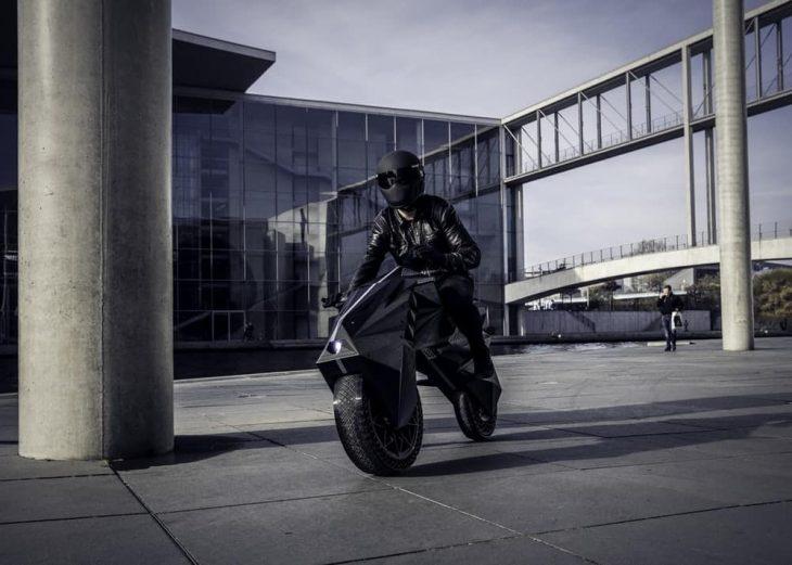 Nera motocicleta frente