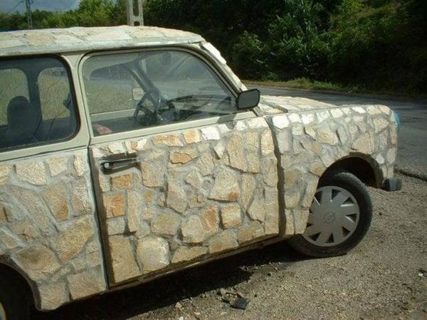 autos feos rocas
