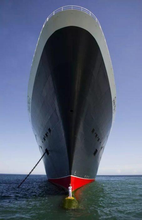 pequeños humanos barco