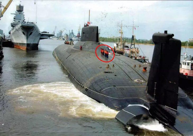 pequeños humanos submarino