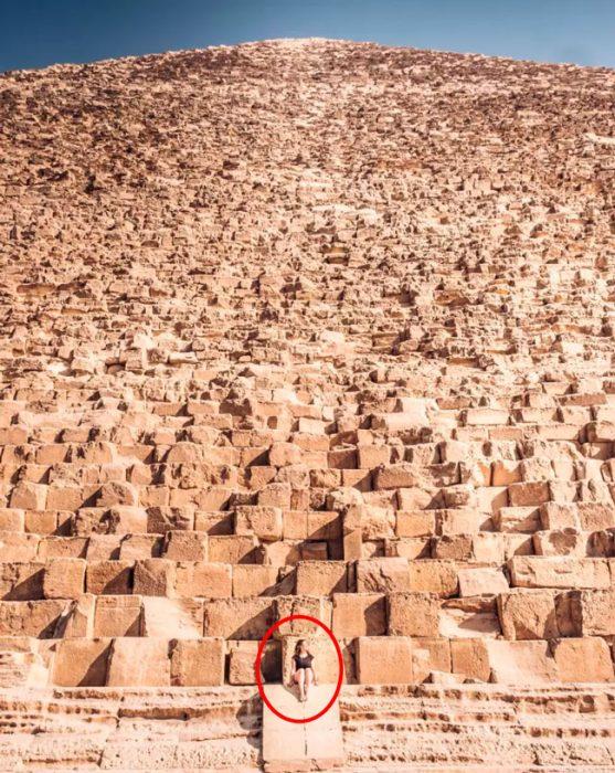 pequeños humanos pirámide