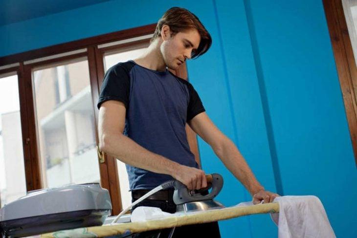 hombre plancha ropa